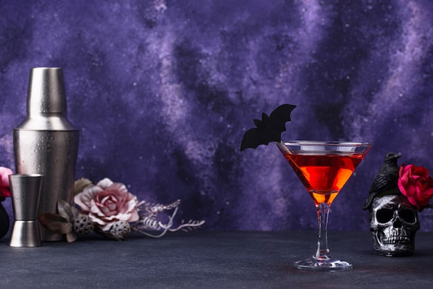 Halloween martini cocktail op paarse achtergrond