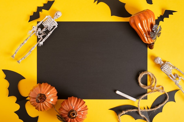Halloween-mockup, blanco zwart vel papier en halloween-decor