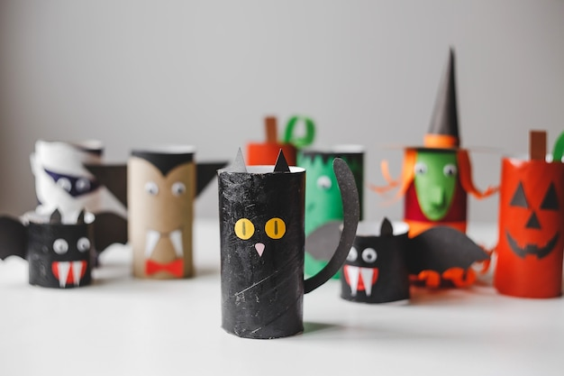 Halloween-monsters van wc-papierrollen kinderambachten voor halloween