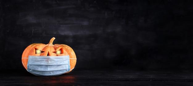 Halloween - oude hefboom-o-lantaarn op donkere achtergrond. banner