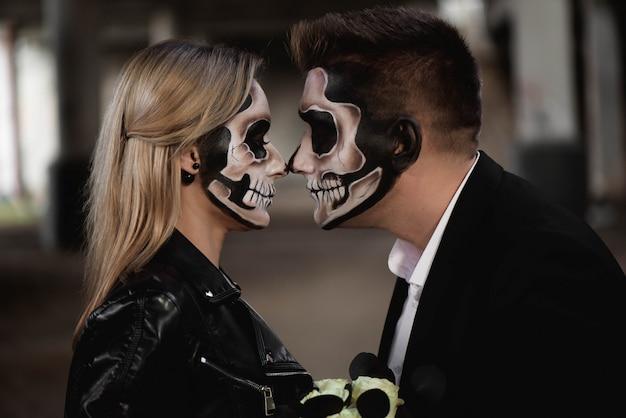 Halloween paar. gekleed in romantische zombie van huwelijkskleding