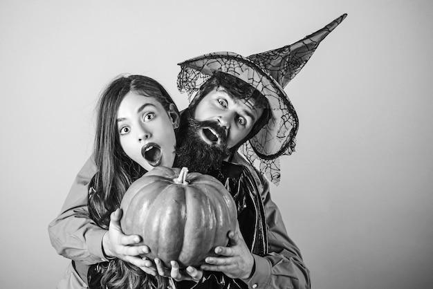 Halloween paar omarmen