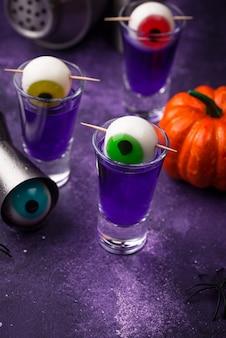Halloween paarse cocktail met ogen
