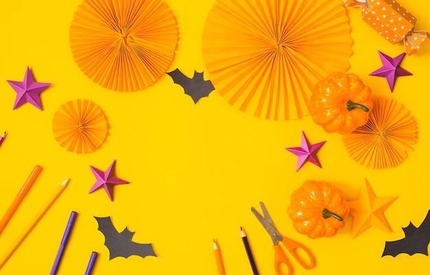Halloween papier oranje en paars ambachtelijke plat leggen.kinderen seizoensgebonden kunst tafelblad weergave.kinderen hand ambachtelijke concept.