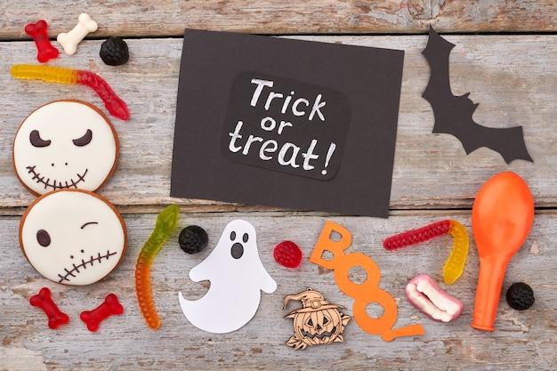 Halloween-papierdecoraties en traktaties halloween-vakantieachtergrond met snoepjeskoekjes en papieren d ...