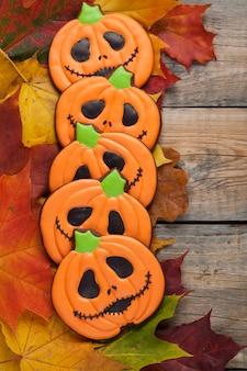 Halloween-peperkoek bij het de herfstgebladerte.
