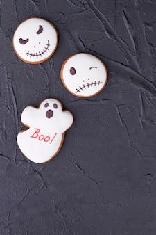 Halloween peperkoek cookies op zwarte achtergrond.