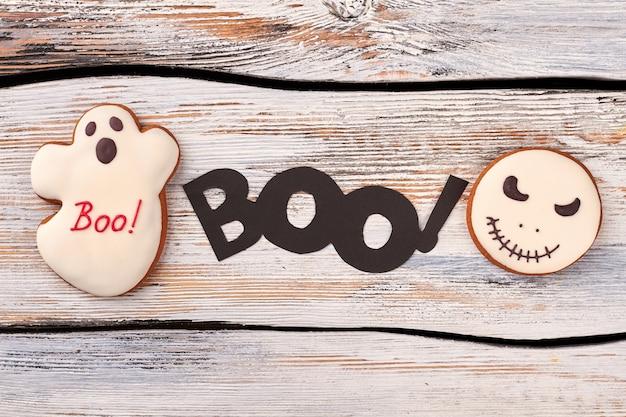 Halloween peperkoek koekjes met slagroom.