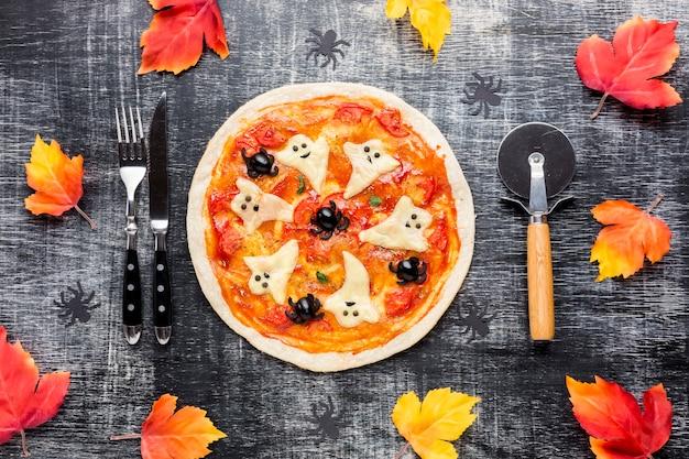 Halloween-pizza met griezelige spoken bovenop