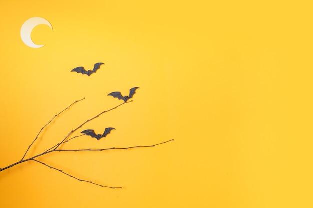 Halloween plat lag bovenaanzicht scène met vleermuizen op fel oranje achtergrond met kopieerruimte