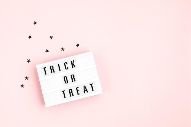 Halloween plat leggen van lightbox met trick or treat-tekst en decoratie