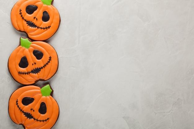 Halloween-pompoen en knuppelskoekjes.