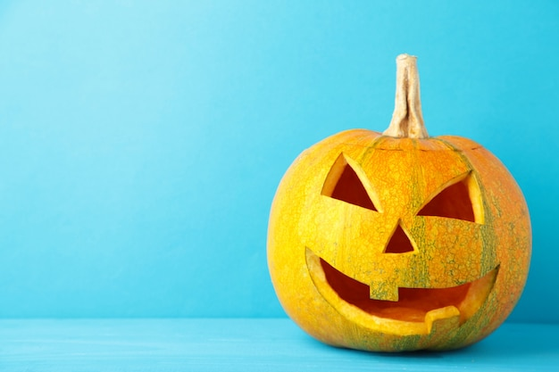 Halloween pompoen hoofd hefboom lantaarn op blauwe achtergrond. bovenaanzicht
