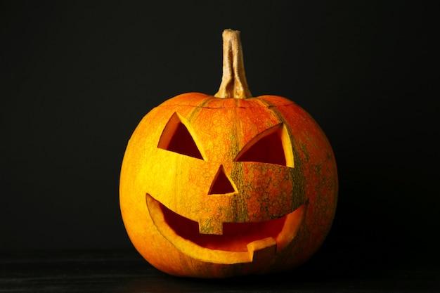 Halloween pompoen hoofd hefboom lantaarn op zwarte achtergrond. bovenaanzicht