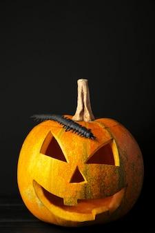 Halloween pompoen hoofd hefboom lantaarn op zwarte achtergrond.