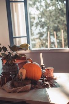 Halloween-pompoen in een tafel met decoratie skeletkaarsen noten