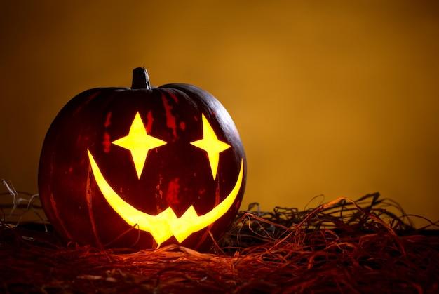 Halloween-pompoen in een vorm van joker