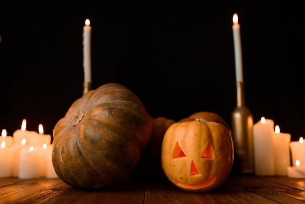 Halloween-pompoen met kaarsen