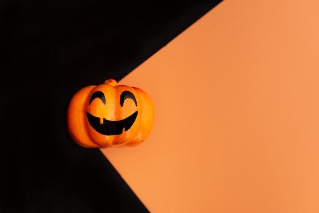 Halloween-pompoen met kaarslicht
