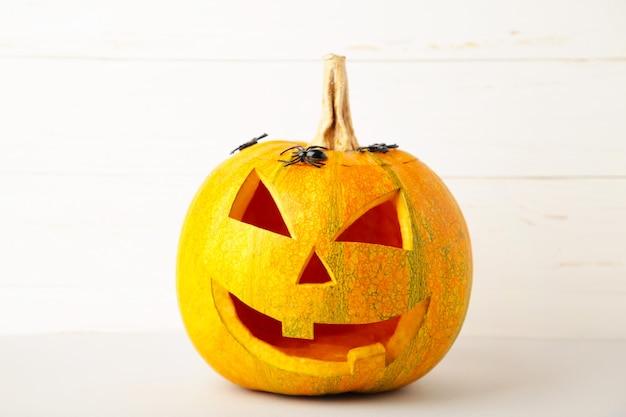 Halloween-pompoen met spinnen op witte achtergrond met exemplaarruimte