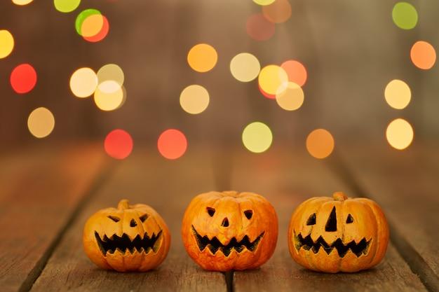 Halloween-pompoen op een bokeh steekt achtergrond aan