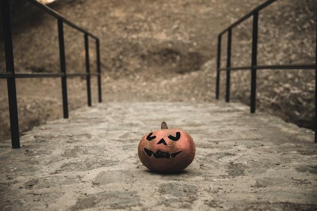 Halloween-pompoen op gangen in park wordt geplaatst dat