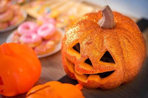 Halloween-pompoen op houten lijst, halloween-partijdecoratie
