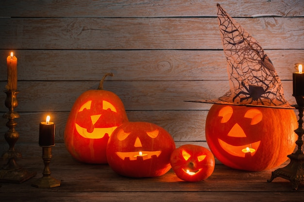 Halloween-pompoen op houten lijst