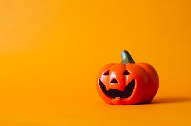 Halloween-pompoen op oranje achtergrond. halloween minimaal concept.