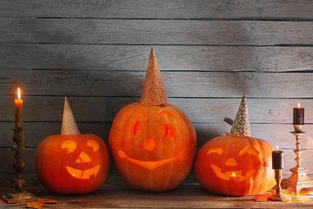 Halloween-pompoen op oude houten achtergrond
