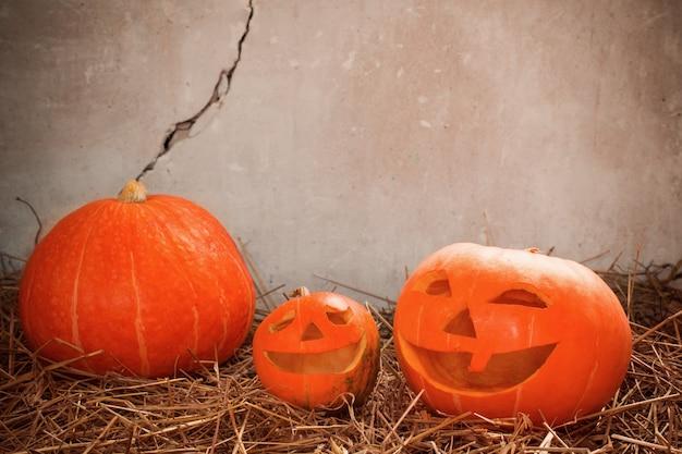 Halloween-pompoen op oude muur als achtergrond