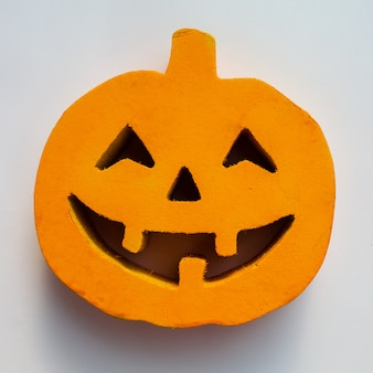 Halloween-pompoen ziet dicht omhoog op de witte achtergrond onder ogen