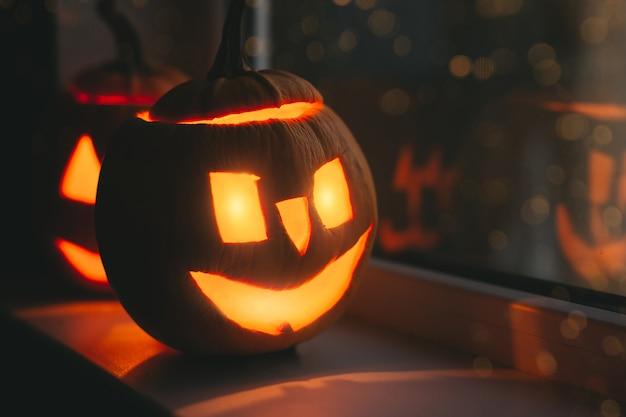 Halloween-pompoenen bij vensters met bokeh. fijne halloween-dag.