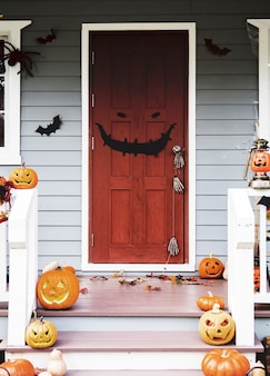 Halloween-pompoenen en decoratie buiten een huis