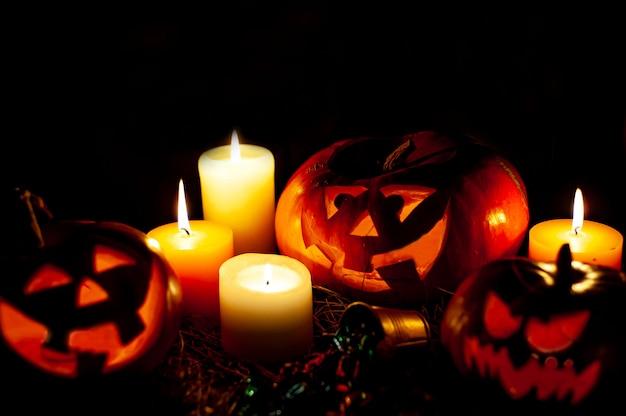 Halloween-pompoenen en kaarsen op een donkere ruimte