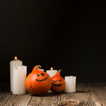 Halloween-pompoenen en kaarsen vooraanzicht