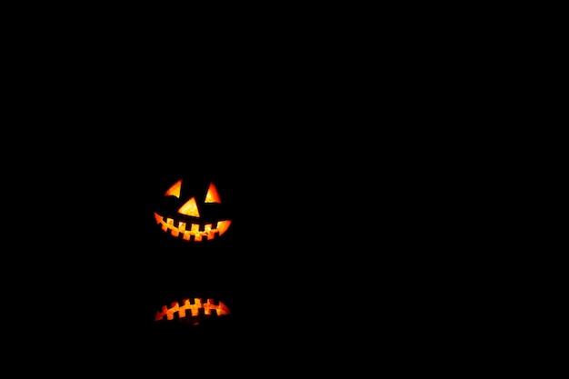 Halloween-pompoenen glimlachen en enge ogen voor feestavond.