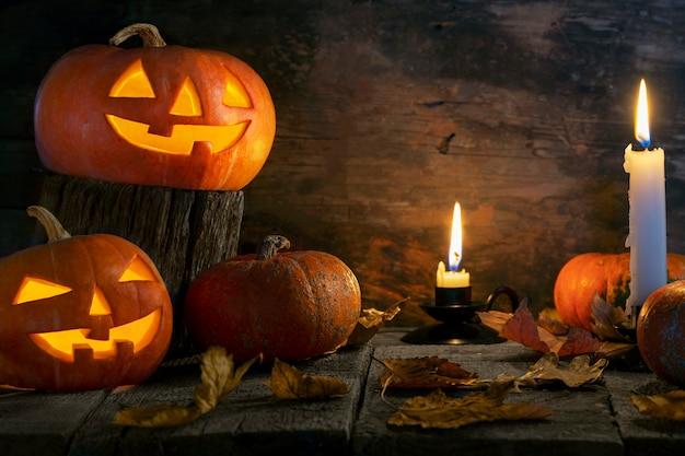 Halloween-pompoenen hoofdhefboom o lantaarn op houten lijst.