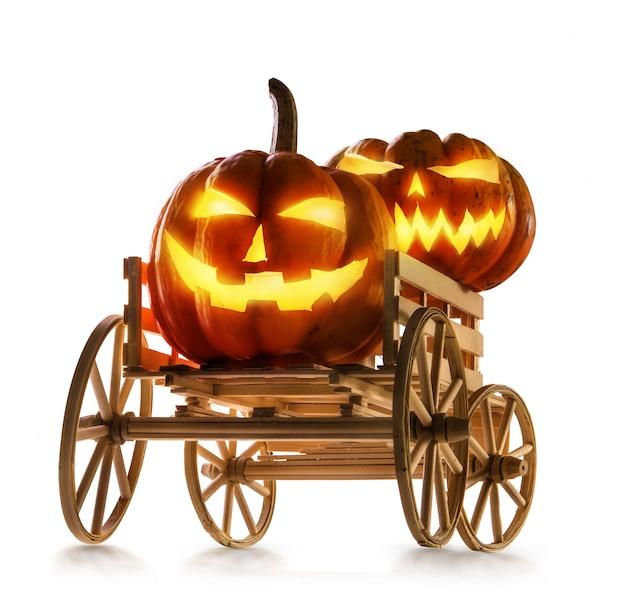 Halloween-pompoenen in landbouwbedrijfwagen op wit wordt geïsoleerd dat