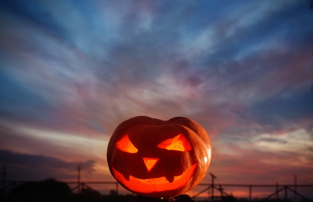 Halloween-pompoenen op bakgroundzonsondergang