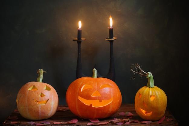 Halloween-pompoenen op donkere achtergrond
