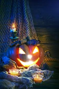 Halloween-pompoenen op een houten lijst.