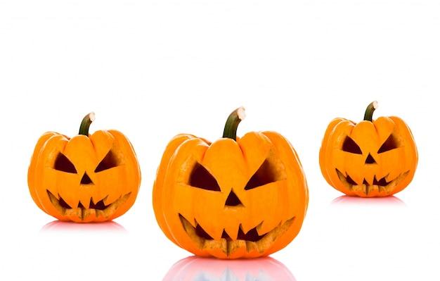 Halloween pompoenen op een witte achtergrond