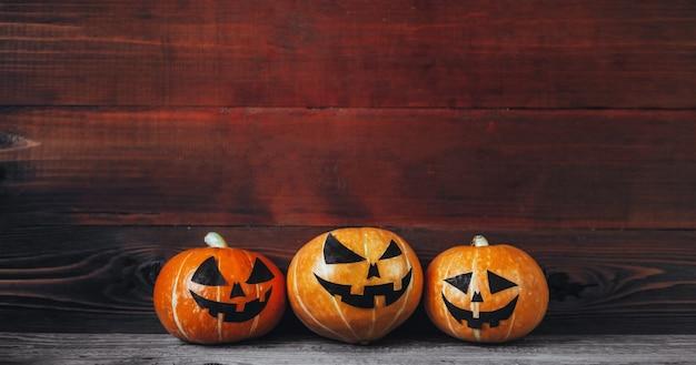 Halloween-pompoenen op hout