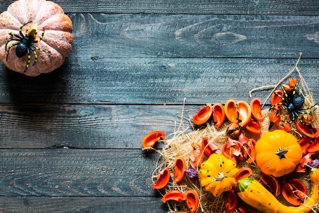 Halloween-pompoenen op houten achtergrond