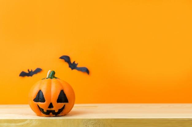 Halloween-pompoenen op houten lijst