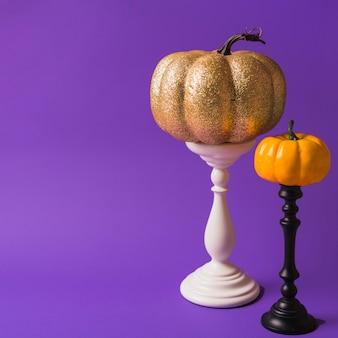 Halloween-pompoenen op onderstellen