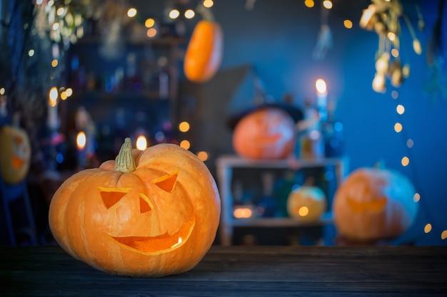 Halloween-pompoenen op oude houten tafel op achtergrond halloween-decoraties