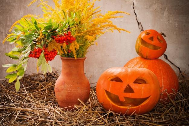 Halloween-pompoenen op oude muur als achtergrond