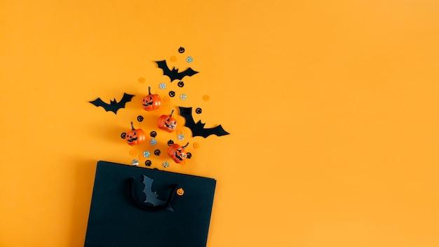 Halloween pompoenen vleermuizen feestobjecten en boodschappentas plat lag bovenaanzicht kopieerruimte